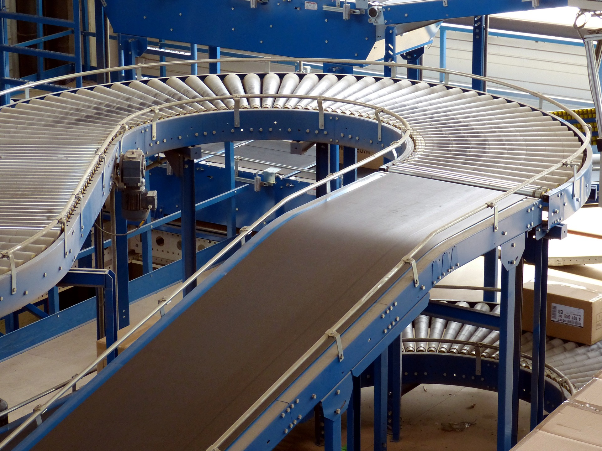 A company using a conveyor belt like this may also need a pallet lifter.